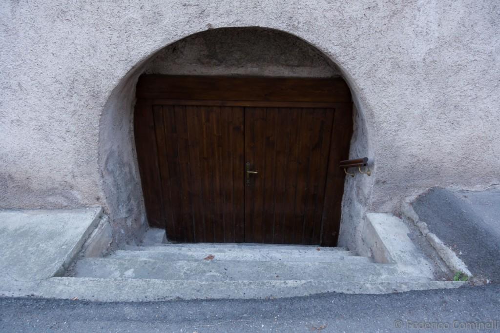 Una porta troppo piccola e alice non sa come fare ad - Entrare in una porta ...